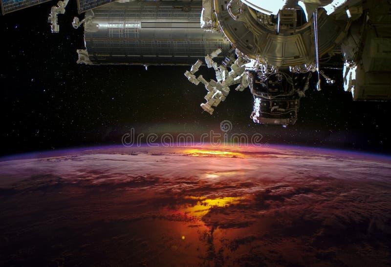Planetjord från yttre rymden och rymdskeppet över arkivfoton