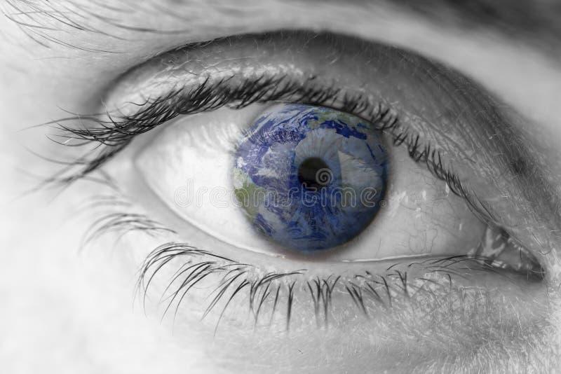 Planetjord i mänskligt öga arkivbild