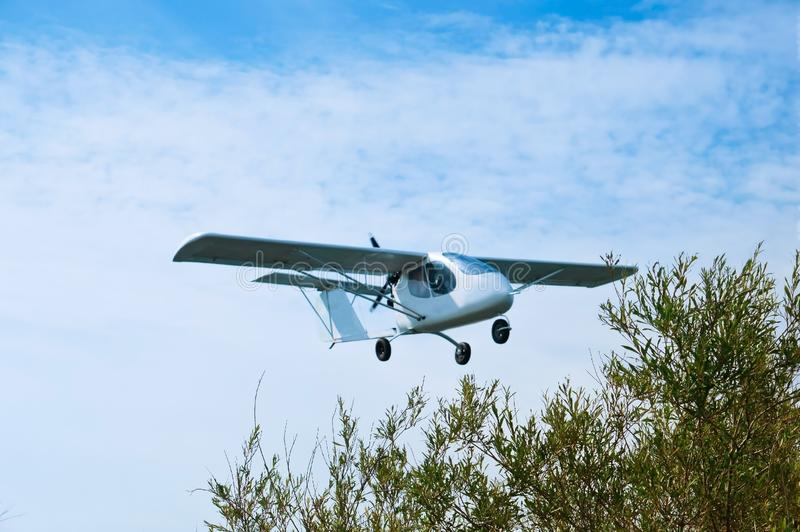 Planeur dans le ciel, petit avion en vol, petit vol d'avion blanc photo stock
