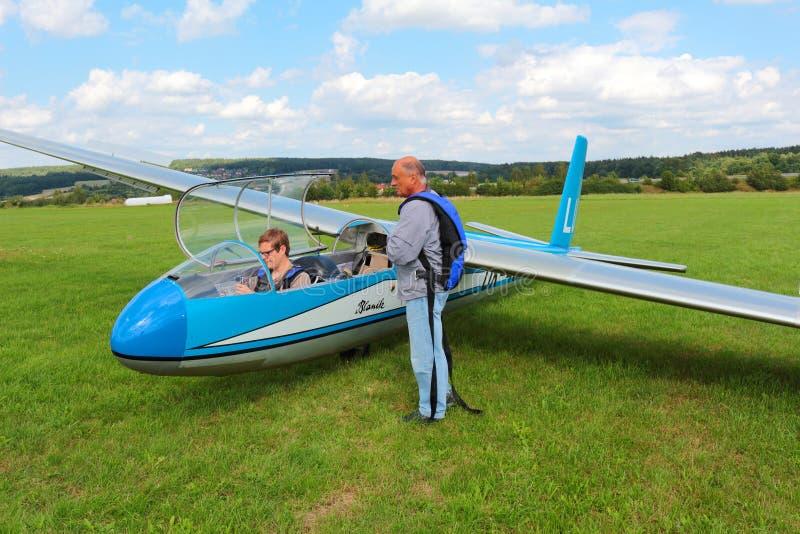 Download Planeur L-13 Blanik Avec Des Pilotes Image stock éditorial - Image du sien, préparez: 76080769