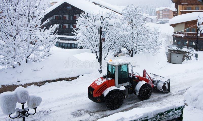 Planierraupe, die Schnee löscht lizenzfreie stockfotografie