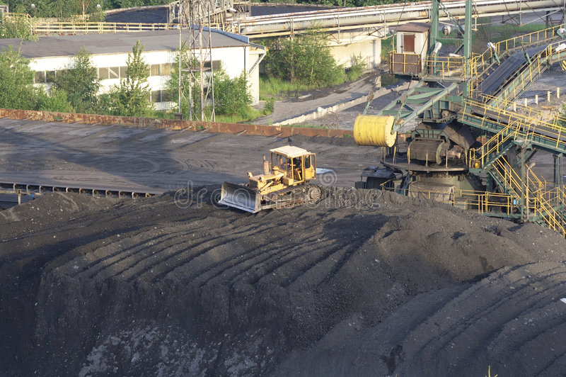 Planierraupe nahe Kohlengrube stockfoto