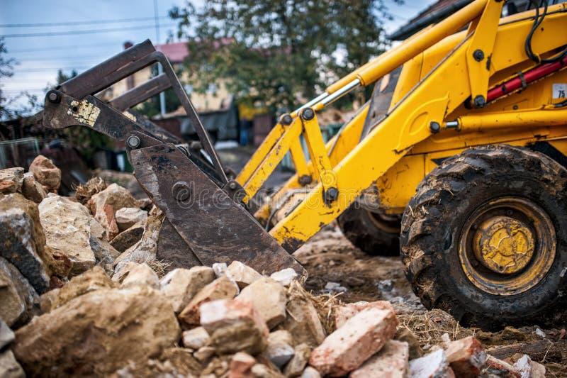 Planierraupenladendemolierungsrückstand- und -betonabfall stockfotografie