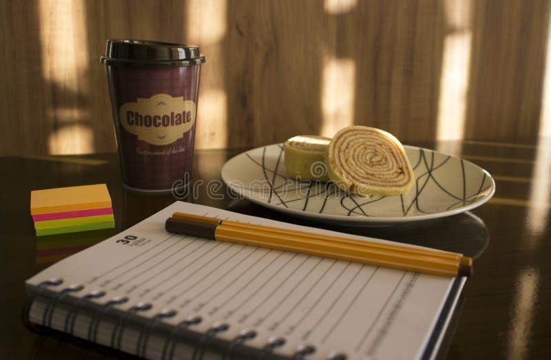 Planificaci?n el pr?ximo mes con el chocolate caliente y la torta imagen de archivo libre de regalías