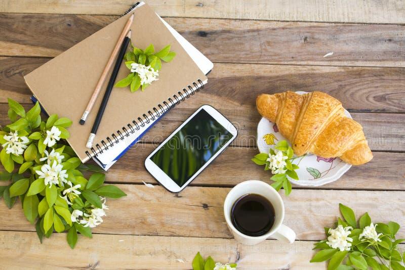 Planificador del año del proyecto del cuaderno, teléfono móvil para el trabajo del negocio imágenes de archivo libres de regalías