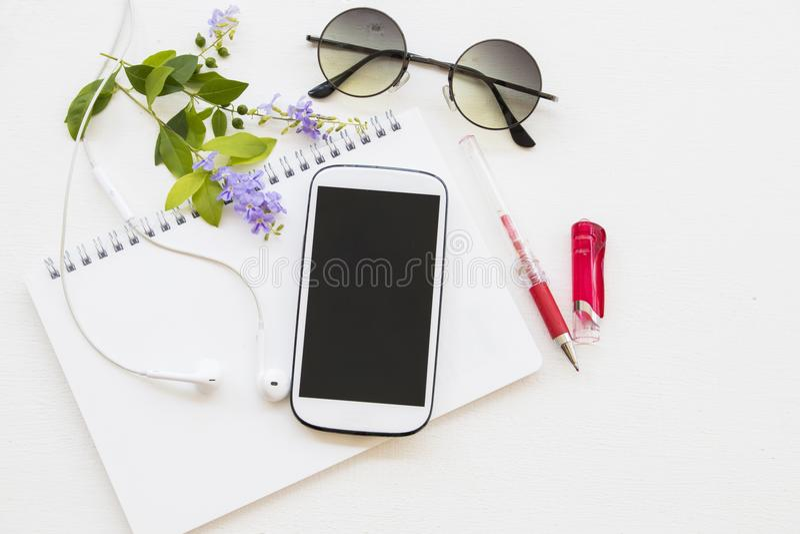Planificador del cuaderno con el calendario y teléfono móvil para el negocio fotografía de archivo