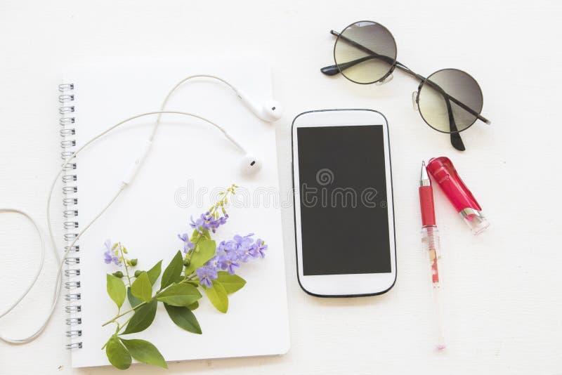 Planificador del cuaderno con el calendario y teléfono móvil para el negocio foto de archivo libre de regalías
