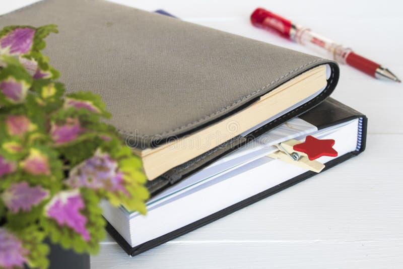 Planificador del cuaderno para el arreglo del trabajo del negocio en blanco imagen de archivo libre de regalías