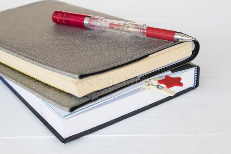 Planificador del cuaderno para el arreglo del trabajo del negocio en blanco fotografía de archivo