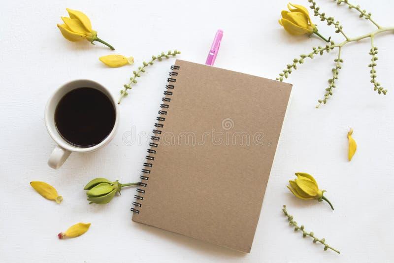 Planificador del cuaderno para el negocio con el ylang del ylang de la flor foto de archivo