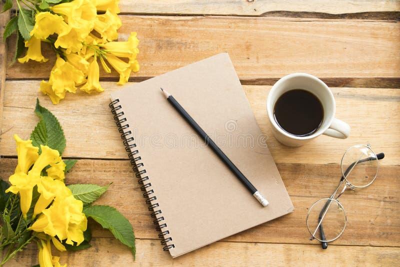 Planificador del cuaderno para el trabajo del negocio con caf? caliente imagenes de archivo