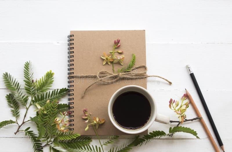 Planificador del cuaderno para el trabajo del negocio con caf? caliente foto de archivo libre de regalías