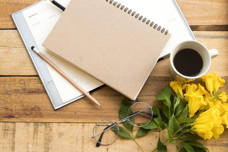 Planificador del cuaderno para el trabajo del negocio con caf? caliente imágenes de archivo libres de regalías