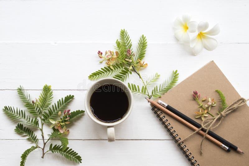 Planificador del cuaderno para el trabajo del negocio con caf? caliente fotografía de archivo