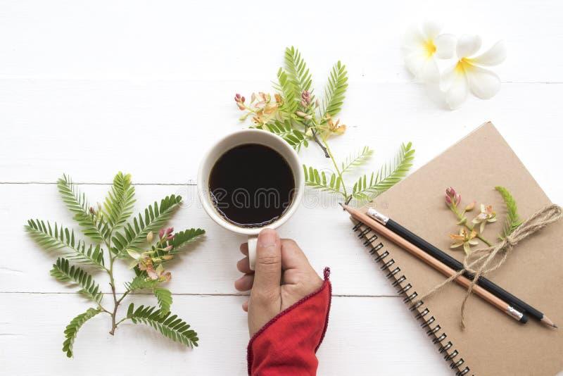 Planificador del cuaderno para el trabajo del negocio con caf? caliente fotografía de archivo libre de regalías