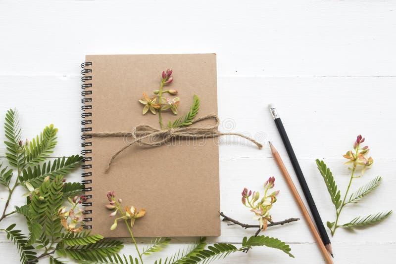 Planificador del cuaderno para el trabajo del negocio con el ylang del ylang de la flor fotografía de archivo libre de regalías