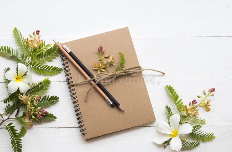 Planificador del cuaderno para el trabajo del negocio con el ylang del ylang de la flor imagen de archivo