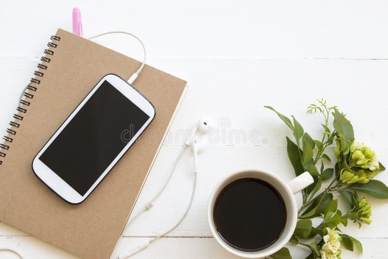 Planificador del cuaderno, tel?fono m?vil para el trabajo del negocio fotos de archivo