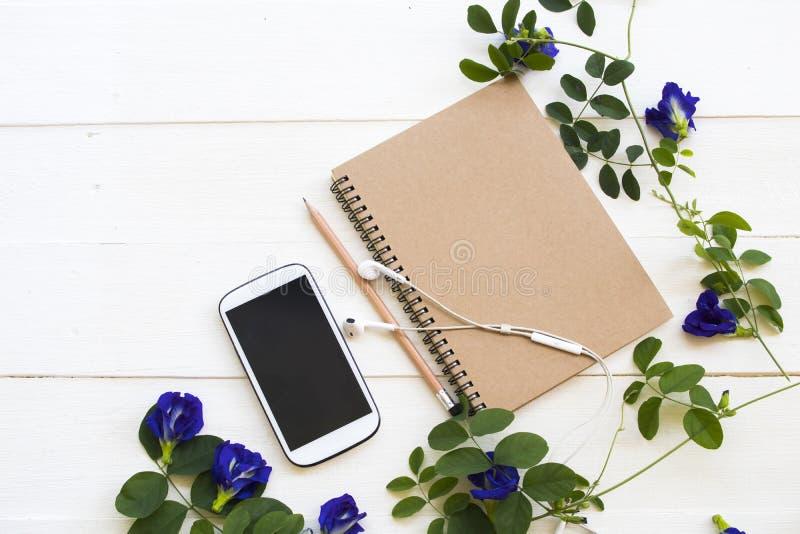 Planificador del cuaderno, tel?fono m?vil para el trabajo del negocio imagen de archivo libre de regalías