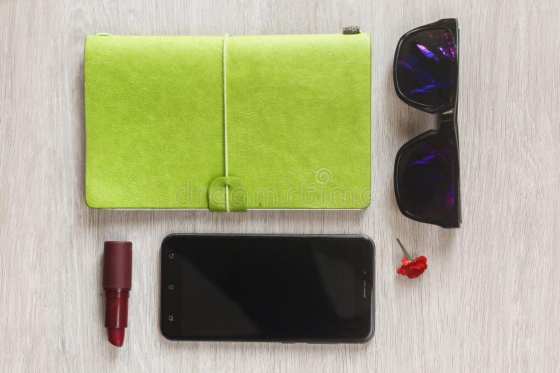 Planificador del cuaderno, tel?fono m?vil y bolso rosado de la trabajadora de la forma de vida para el negocio en el escritorio d fotografía de archivo libre de regalías