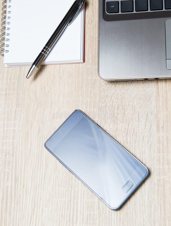 Planificador y lápiz elegantes del ordenador portátil del teléfono en oficina fotografía de archivo libre de regalías