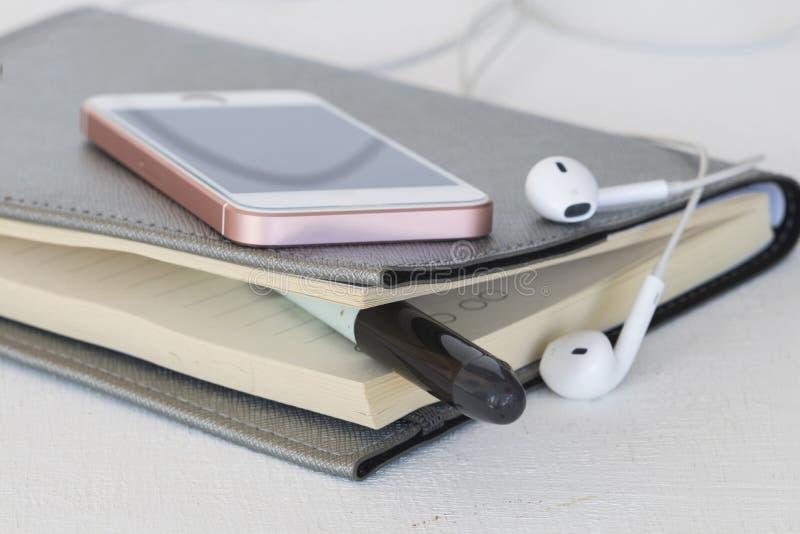 Planificador y móvil mensuales del cuaderno para el negocio imagen de archivo