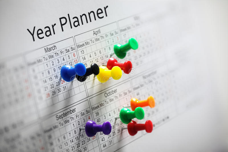 Planificateur d'année avec des punaises images stock