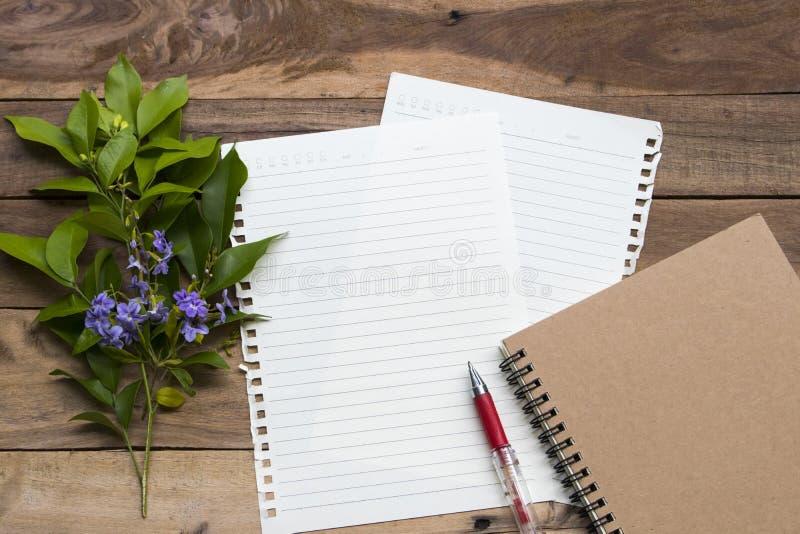Planificateur d'ordinateurs portables avec papier à écrire pour le travail professionnel photos stock