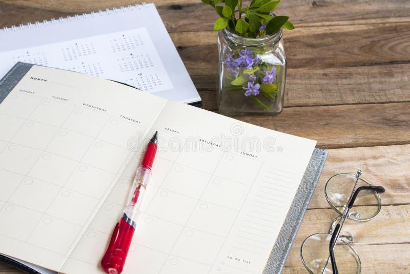 Planificateur de carnet avec le calendrier pour le style étendu plat de disposition de travail d'affaires photos libres de droits
