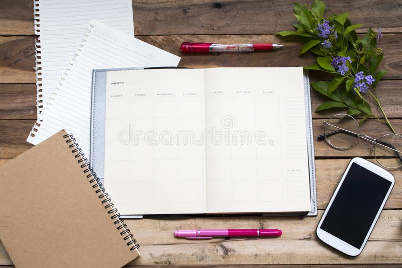 Planificateur de carnet, papier à lettres et téléphone portable pour le travail d'affaires photographie stock libre de droits