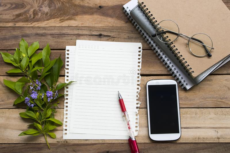 Planificateur de carnet, papier à lettres et téléphone portable pour le travail d'affaires images libres de droits