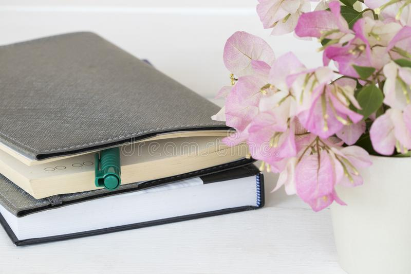 Planificateur de carnet pour des affaires avec la fleur rose photos stock