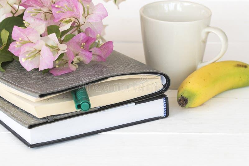 Planificateur de carnet pour des affaires avec la fleur rose photo stock