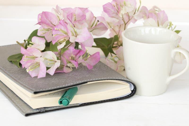 Planificateur de carnet pour des affaires avec la fleur rose photographie stock