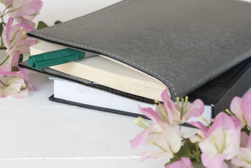 Planificateur de carnet pour des affaires avec la fleur rose image libre de droits