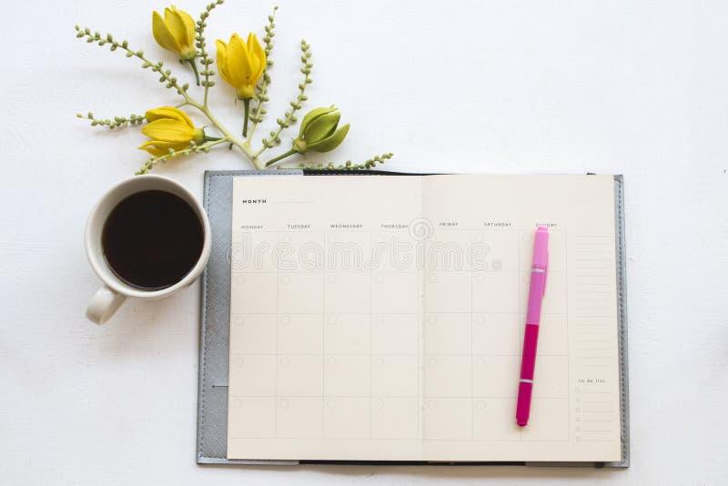 Planificateur de carnet pour des affaires avec le ylang de ylang de fleur photo stock
