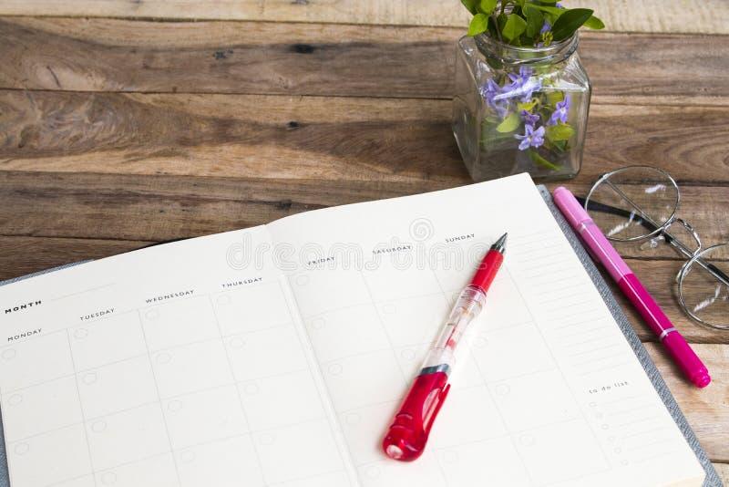 Planificateur de carnet pour le style ?tendu plat de disposition de travail d'affaires image libre de droits