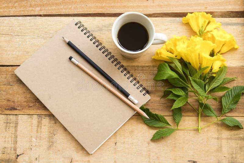 Planificateur de carnet pour le travail d'affaires avec du caf? chaud images libres de droits
