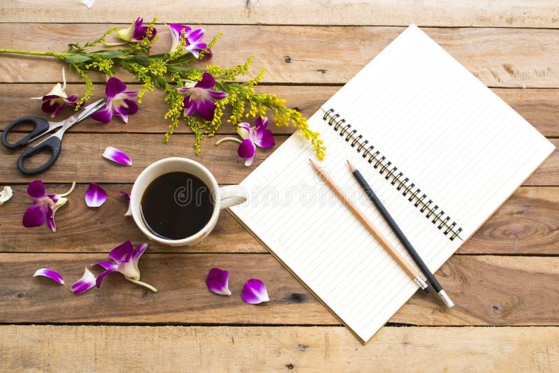 Planificateur de carnet pour le travail d'affaires avec l'expresso chaud de caf? photos stock