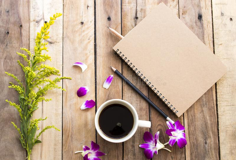 Planificateur de carnet pour le travail d'affaires avec l'expresso chaud de caf? photo stock