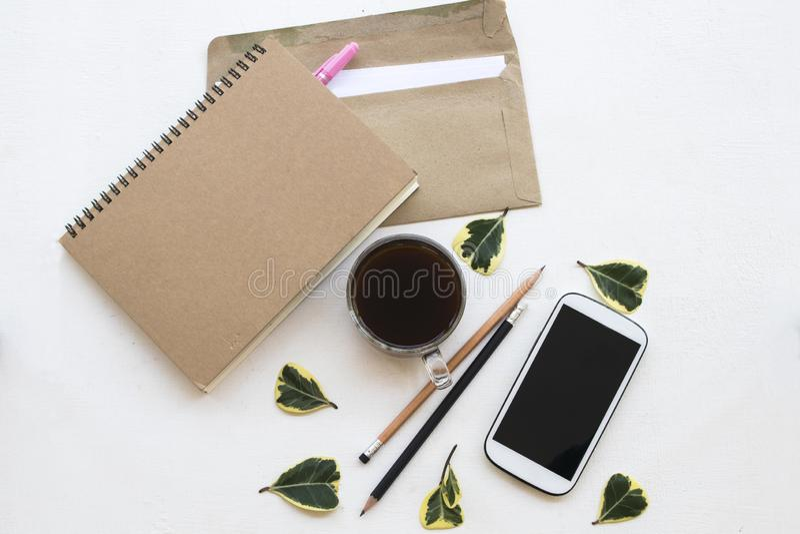 Planificateur de carnet, téléphone portable, lettre pour le travail d'affaires au bureau photo libre de droits