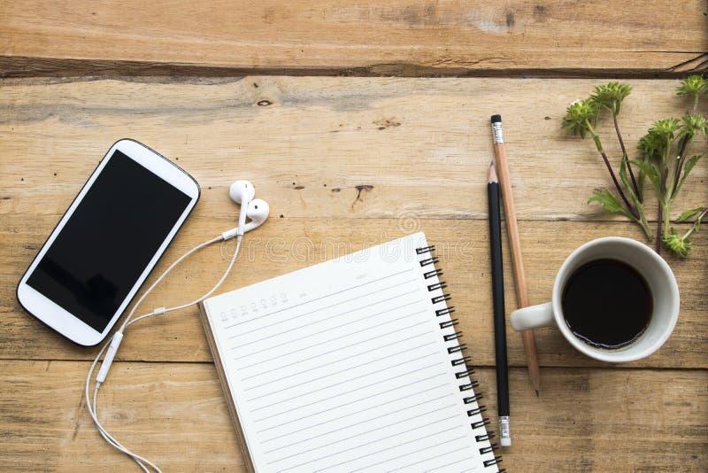 Planificateur de carnet, téléphone portable pour le travail d'affaires avec du café image stock