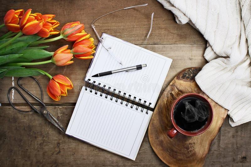 Planificateur de jardin avec les fleurs et le café images stock