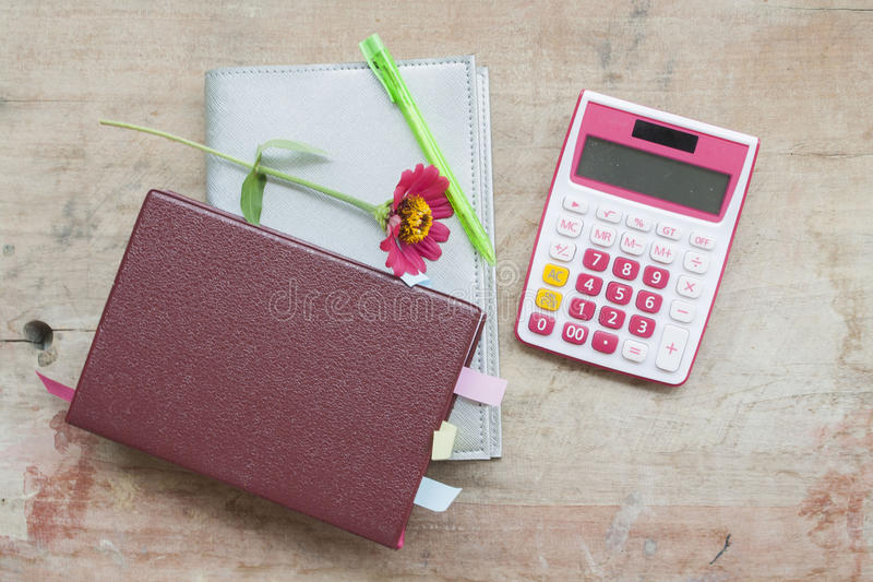 Planificateur et calculatrice mensuels de carnet pour financier au bureau photographie stock libre de droits