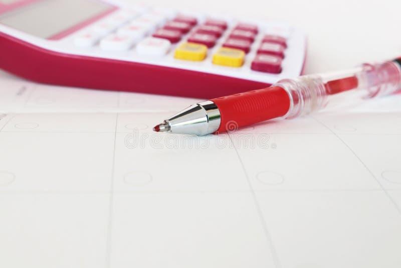 Planificateur et calculatrice mensuels de carnet pour financier au bureau image stock