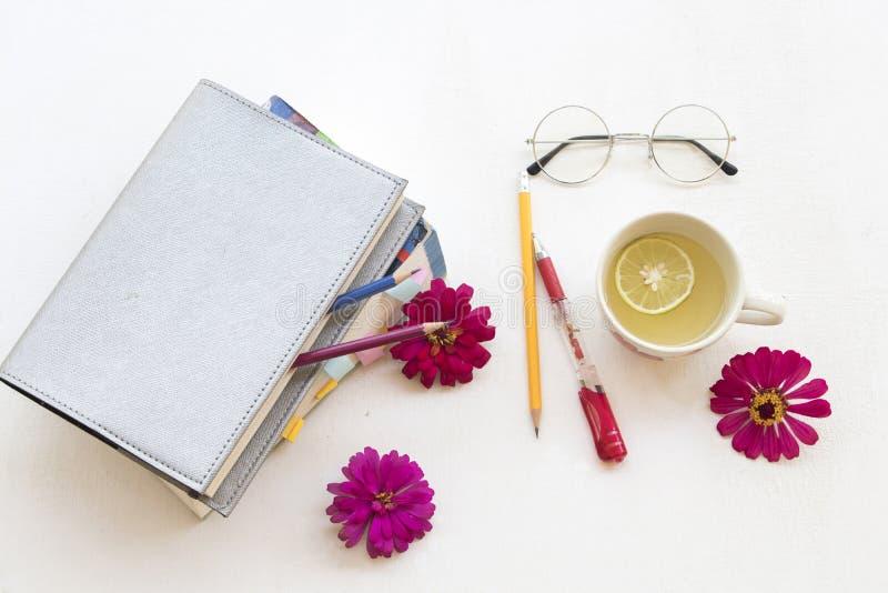 Planificateur et livre de carnet pour l'étude avec les boissons saines images stock