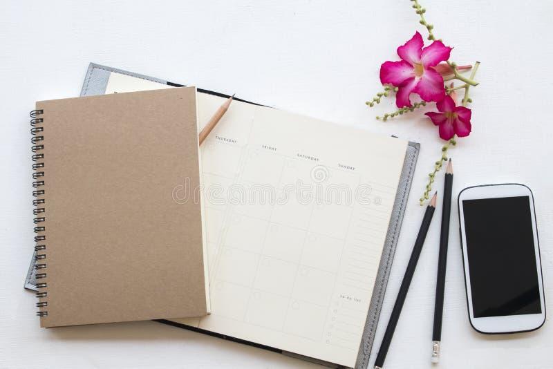 Planificateur et téléphone portable de carnet pour le travail d'affaires photo libre de droits
