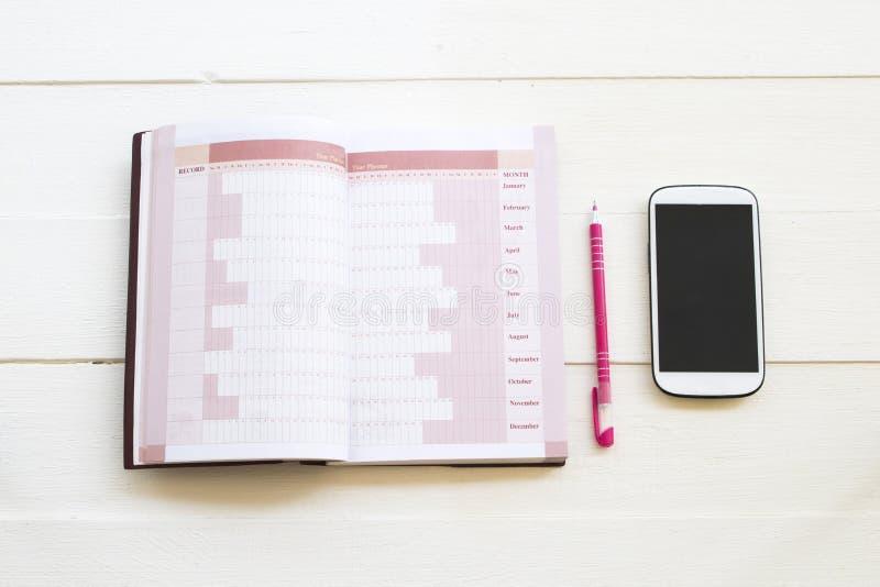 Planificateur et t?l?phone portable de carnet pour le travail d'affaires photo libre de droits