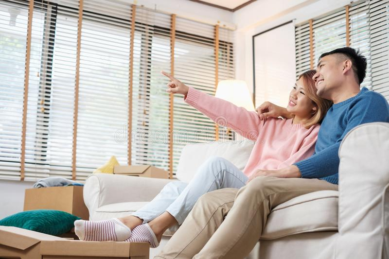 Planification asiatique de couples pour décorer la maison après déplacement à la nouvelle maison image libre de droits