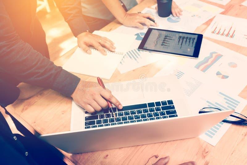 Planification asiatique de personne d'entreprise constituée en société avec le graphique de gestion et photo libre de droits